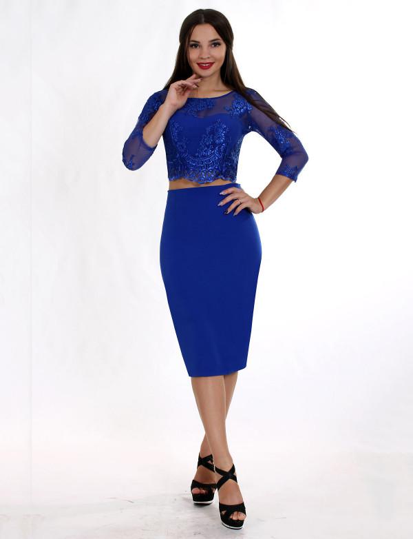 P 0823A Коктейльное платье в виде гипюрового топа с длинным рукавом и юбкой со шлицей